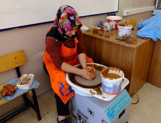Ev hanımları hem eğitim alıyor hem de ev ekonomisine katkıda bulunuyor