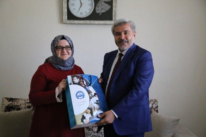ASÜ'yü kazanan öğrencilere Rektör Şahin'den sürpriz ziyaret