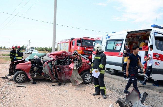 Aksaray'da direğe çarpan otomobil hurdaya döndü: 1 ölü, 1 yaralı