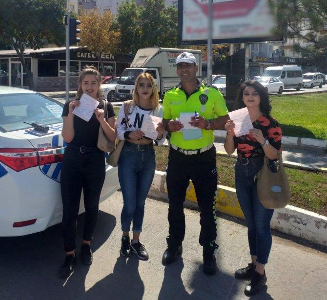Aksaray'da 108'er lira ceza yiyen öğrenciler polisle hatıra fotoğrafı çektirdi