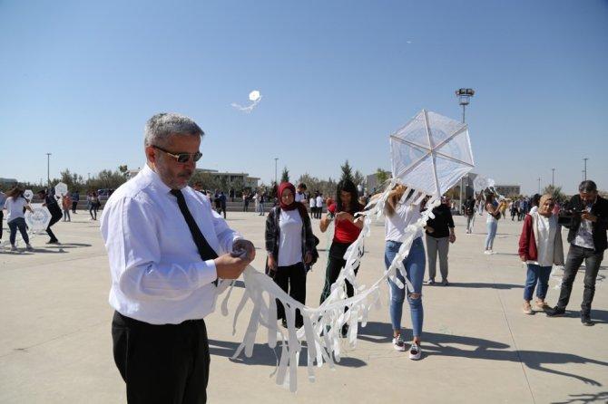 Rektör öğrencilerle uçurtma uçurdu, türkü söyledi