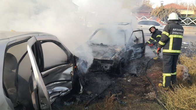 Aksaray'da iki hurda araç alev alev yandı