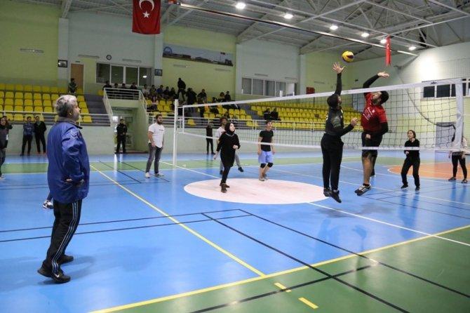 Rektör Şahin, öğrencilerle voleybol maçı yaptı