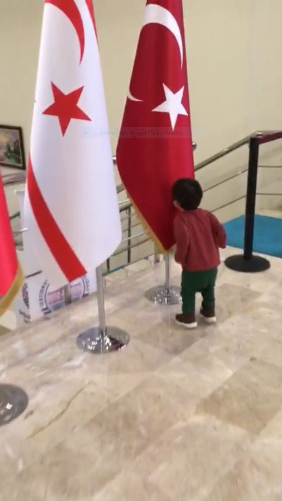 Minik Kerem onlarca bayrağın arasında Türk Bayrağına koşup öptü