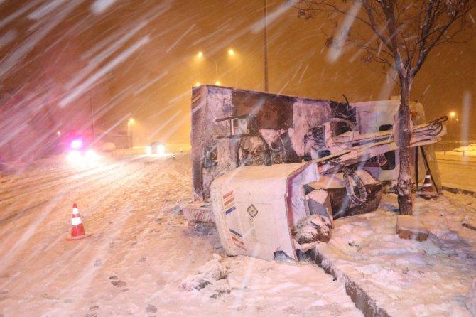Elektrik arıza kamyoneti devrildi: 2 yaralı