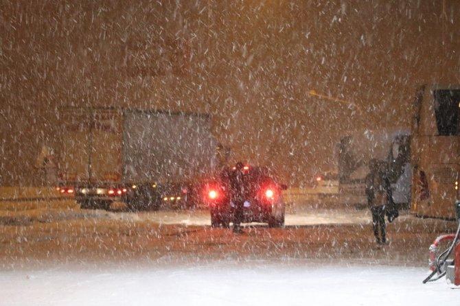 Aksaray'da kar yağışı etkisini sürdürüyor, okullar tatil edildi