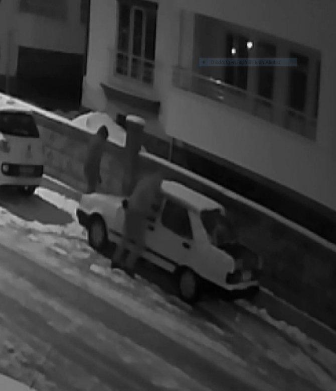 Önce parçalarını, sonrada aracı iterek çalan hırsızlar güvenlik kamerasına yakalandı