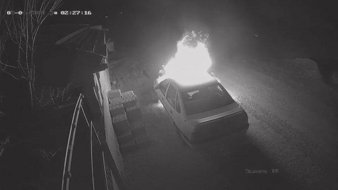 Benzin döküp otomobili yaktı