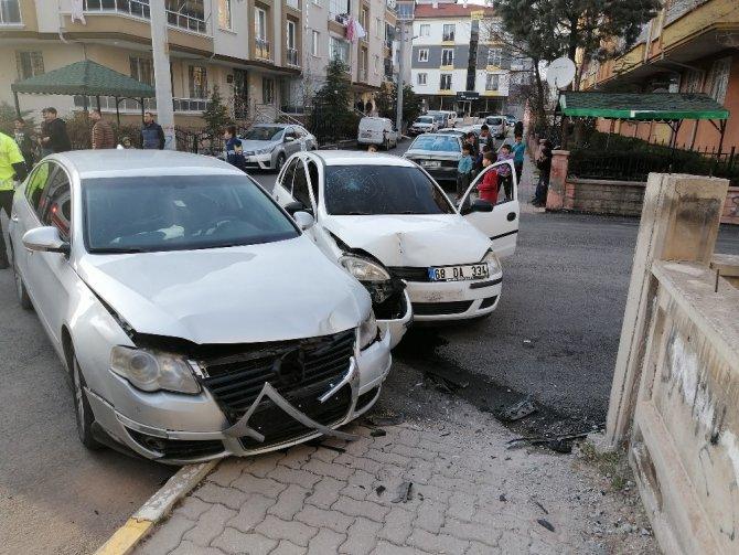 Aksaray'da 2 otomobil çarpıştı: 4 yaralı