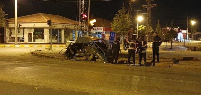 Hafif ticari araçla otomobil kafa kafaya çarpıştı: 1 ölü 1 ağır yaralı