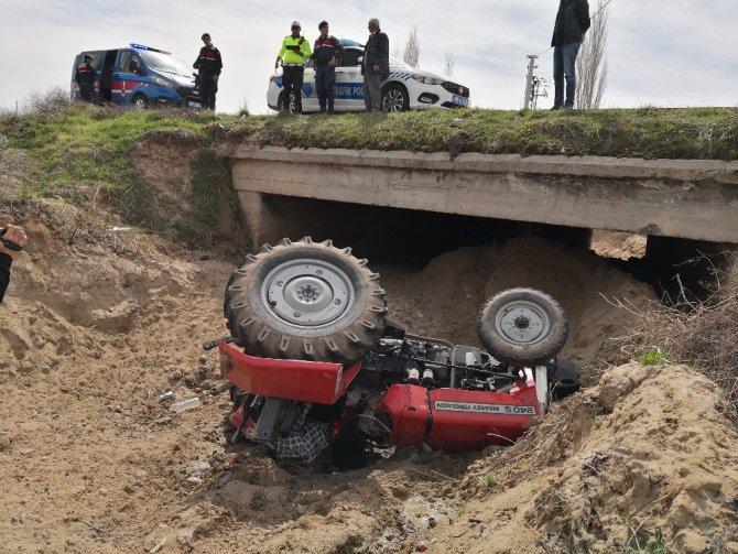 Traktör menfeze devrildi: 1 yaralı