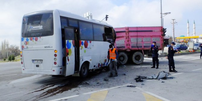 Midibüs ile kamyon çarpıştı, sıkışan sürücüyü itfaiye kurtardı