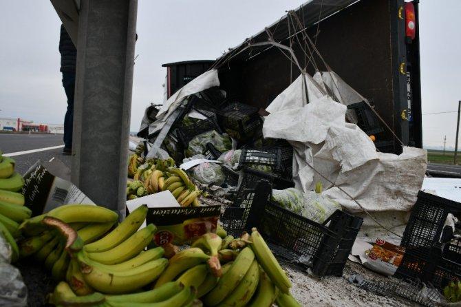 Aksaray'da meyve yüklü kamyonet devrildi: 1 yaralı
