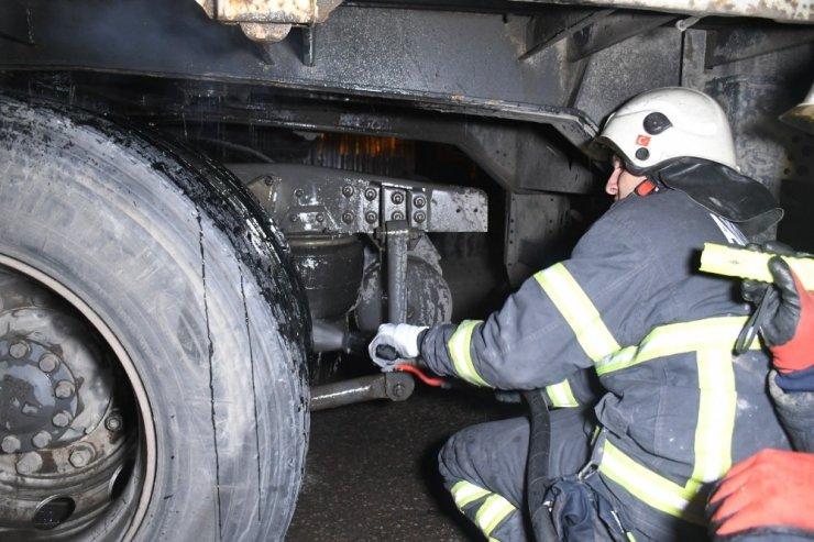 Aksaray'da tırın dorsesinde çıkan yangın paniğe neden oldu