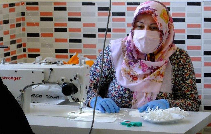 Aksaray'da gönüllü kursiyer ve kadınlar maske üretimi yapıyor
