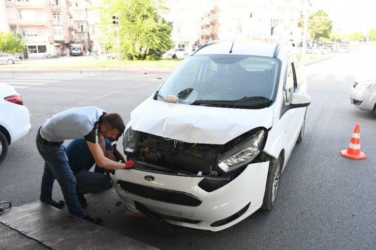 Hafif ticari araç elektrikli motosiklet çarpıştı: 1 yaralı