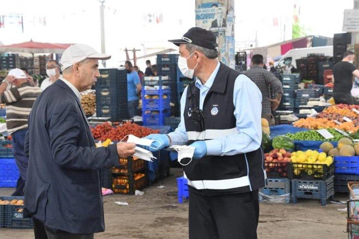 Aksaray Belediyesi kendi ürettiği maskeleri dağıtmaya devam ediyor