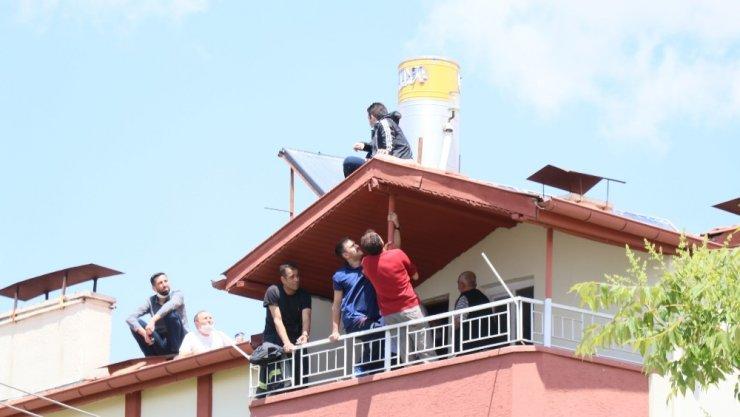 Çatıya çıkan genci polis sohbet ederek ikna etti