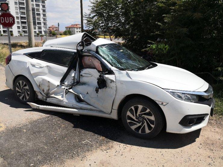 Yola çıkan otomobile kamyon çarptı: 2 yaralı