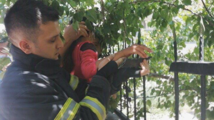 Küçük çocuk eline saplanan demirle hastaneye kaldırıldı