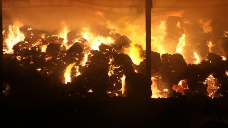 Aksaray'da yem fabrikası ve yonca deposu alev alev yanıyor