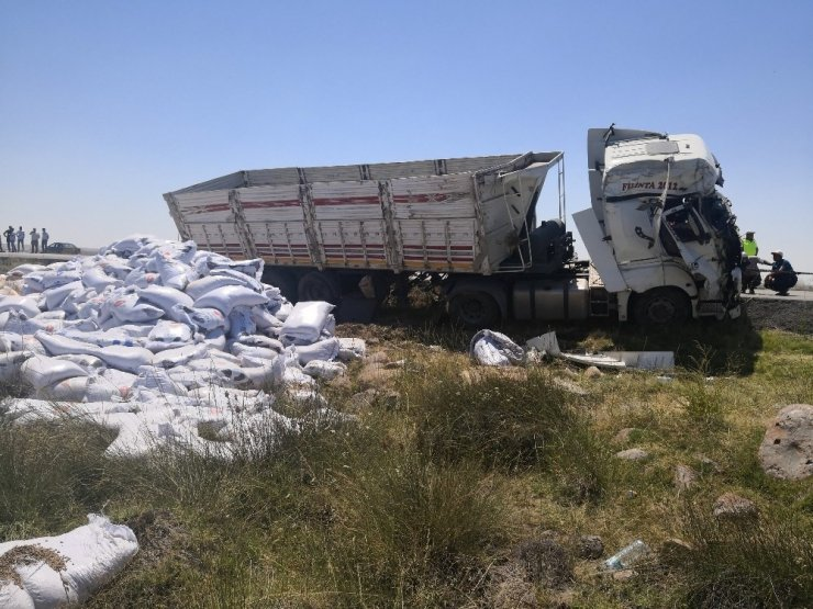 Aksaray'da yem yüklü tır devrildi: 1 yaralı