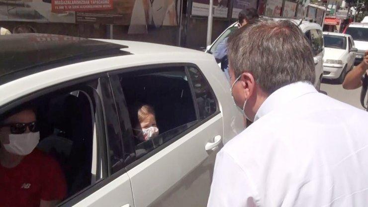 Vali Aydoğdu maske takan çocuğu ve ailesini tebrik etti