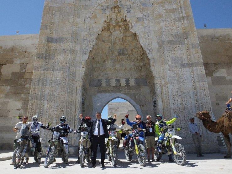 TransAnatolia Rally yarışçıları develerle renkli görüntüler oluşturdu