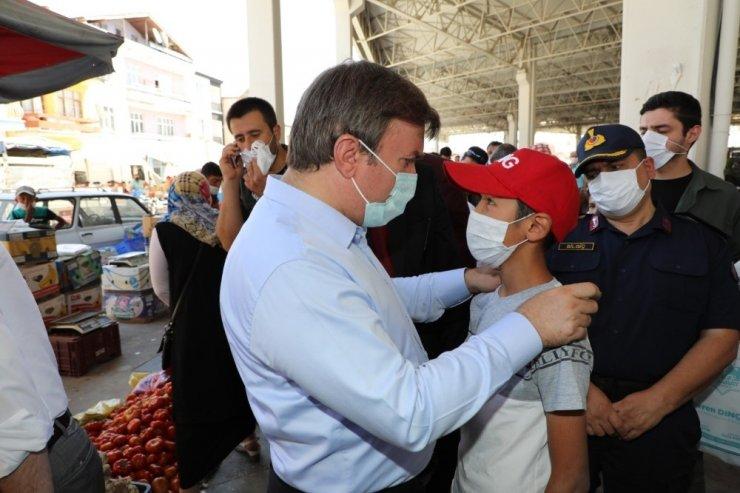 Vali Aydoğdu maske dağıtarak halkı uyardı