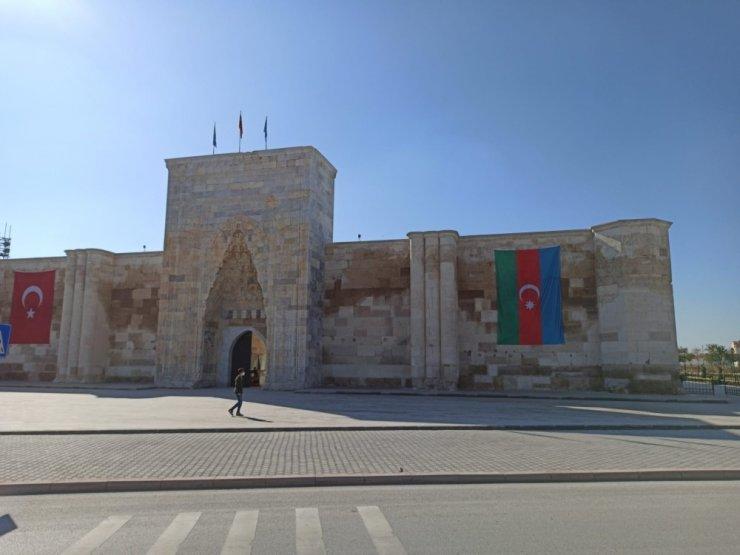800 yıllık Sultanhanı Kervansarayına Azerbaycan bayrağı asıldı