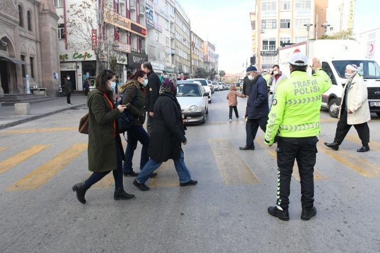 """Aksaray'da yaya geçitlerinde """"yaya önceliği"""" denetimi"""
