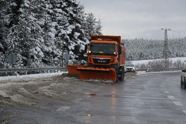 Karayolları ekiplerinin İstanbul-Ankara Otoyolu'nda kar mesaisi