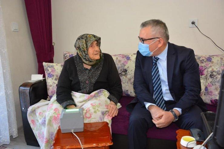 96 yaşındaki Fatma Erdem'in kimlik başvurusu evinde alındı