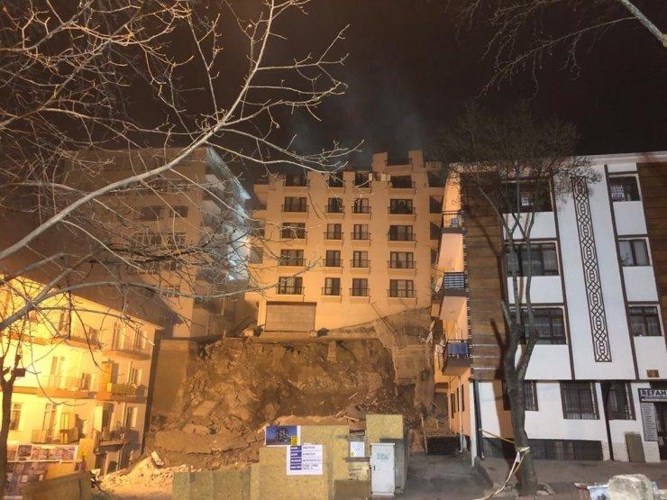 Ankara'da Açelya apartmanının çatısı çöktü, yıkım çalışmaları sabaha kaldı