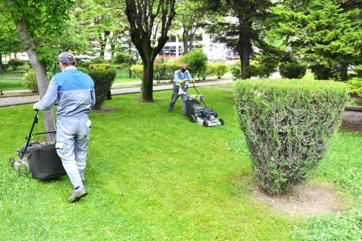 Tepebaşı parklarında çim biçme çalışması sürüyor