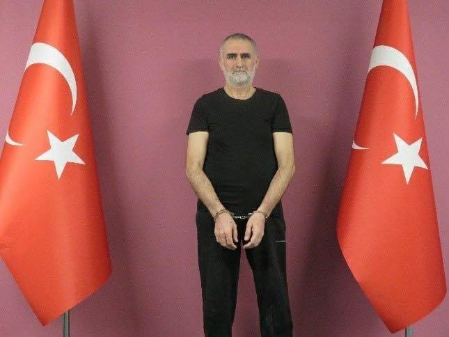 """Kırmızı kategoride aranan DEAŞ'ın sözde """"Türkiye vilayeti sorumlusu"""" Kasım Güler, MİT'in Suriye'deki operasyonuyla yakalanarak Türkiye'ye getirildi."""
