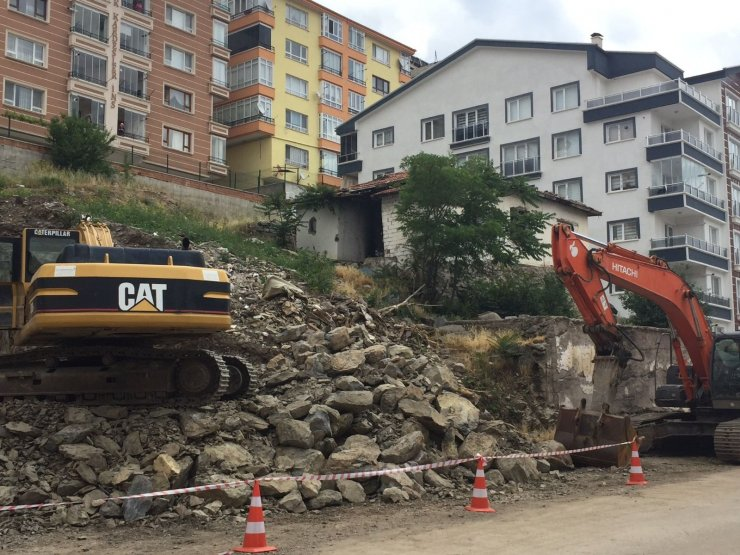 Mamak Belediye Başkanı Köse, temeli çöken ve otoparkı hasar gören binada incelemelerde bulundu