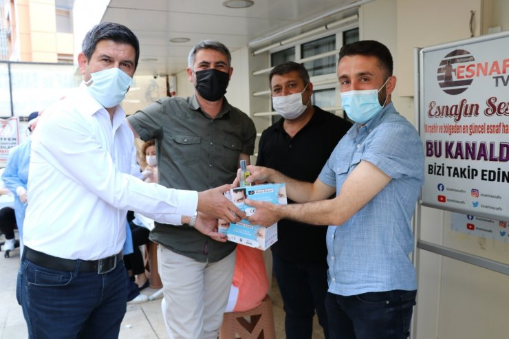 Aşı yaptıran esnafa kolonya ve maske hediye edildi