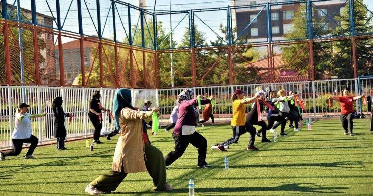 Parklarda spor başladı