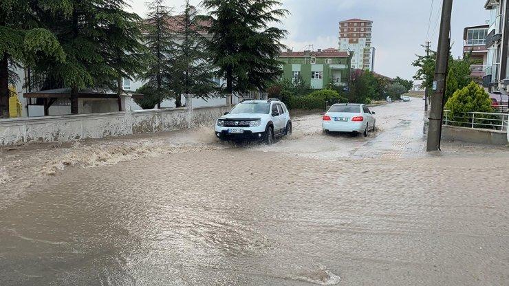 Başkent'te sağanak yağış sonrası meydana gelen sel hayatı olumsuz etkiledi