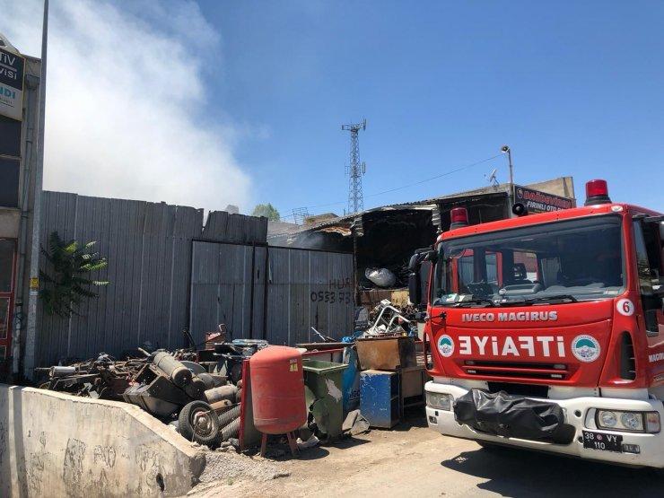 Hurdalıkta çıkan yangında iş makinesi ve kamyonet kül oldu