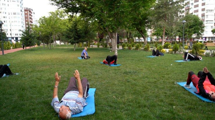 Melikgazi'nin parklarında sabah sporu başladı