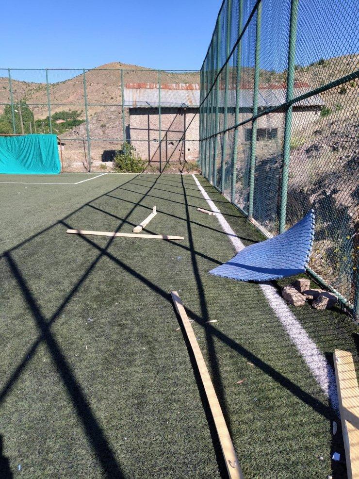 Köy okulunda açıldı, malzemeler tahrip edildi