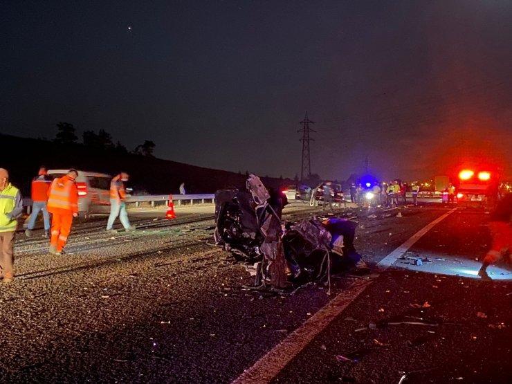 Başkent'te TIR'a arkadan çarpan otomobil hurdaya döndü: 3 ölü, 1 ağır yaralı