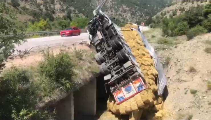 Nallıhan Mudurnu yolunda aman yüklü kamyon dereye uçtu: 1 yaralı