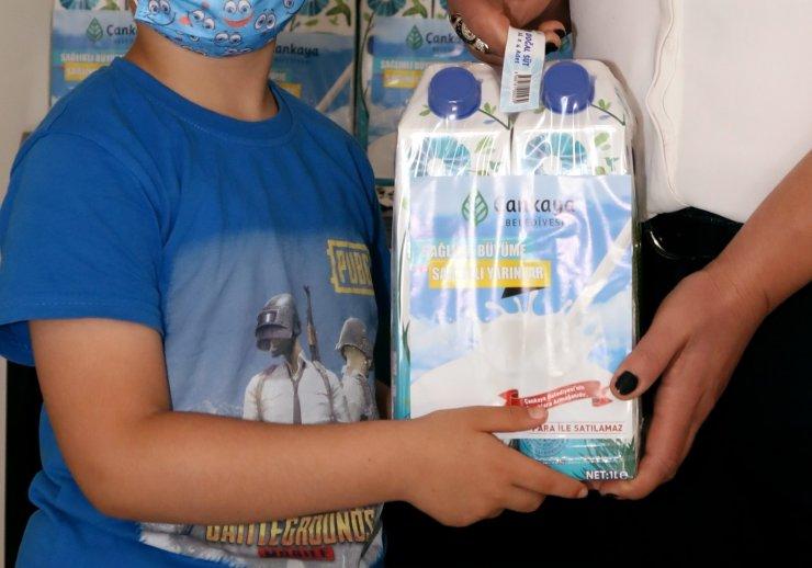 Çocuklara süt dağıtımı