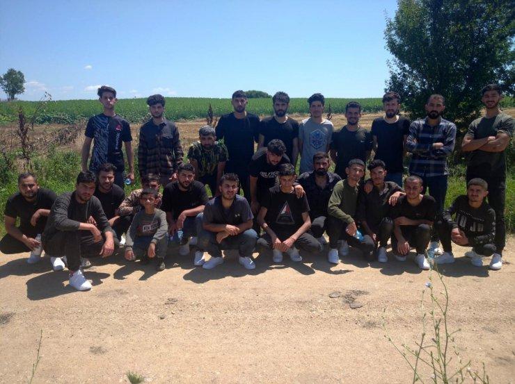 """MSB: """"Yunanistan'dan Türkiye'ye yasa dışı yollardan geçmeye çalışan 12'si tamamen çıplak olan toplam 42 düzensiz göçmen grubu Edirne sınırında yakalandı"""""""