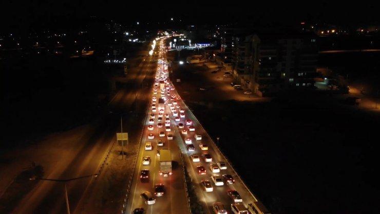 'Kilit kavşak' Kırıkkale'de gece yarısı trafik yoğunluğu: Araç kuyruğu 15 kilometreyi buldu