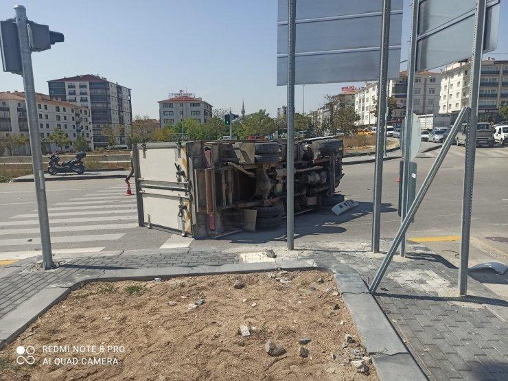 Kırmızı ışıkta geçen kamyonet ile otomobile çarptı: 1'i ağır toplam 3 yaralı